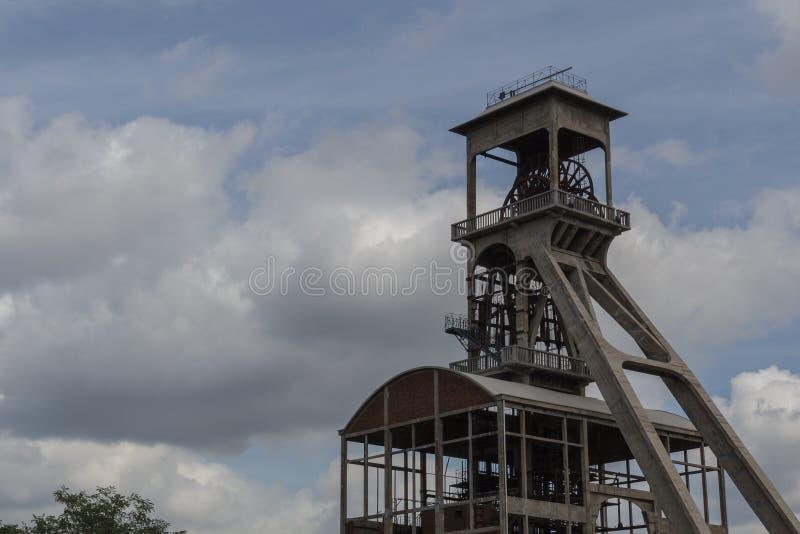 För kolgruvor under en dramatisk himmel nära Maasmechelen Village royaltyfria foton