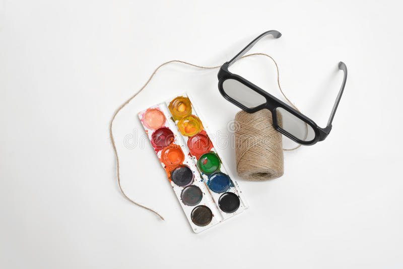 För konstplats för bästa sikt att presentera av tråden tvinnar, exponeringsglas, och vattenfärgen målar på en vit bakgrund fotografering för bildbyråer