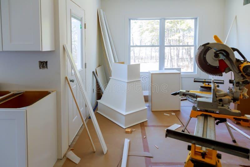 För konstruktionsbyggnad för detaljer omdanar den nya hem- installerande inre för bransch det inre kabinettet för modernt kök royaltyfri bild