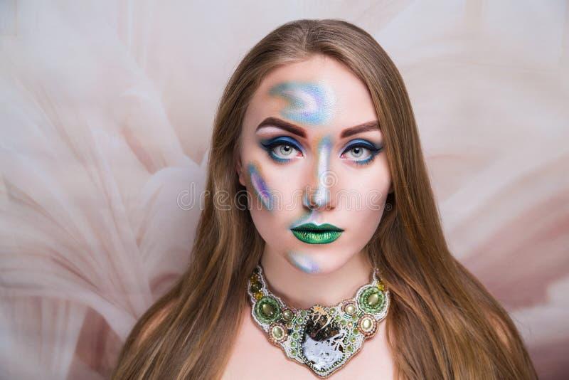 För konstsmink för kvinna skinande halsband för gräsplan royaltyfri bild