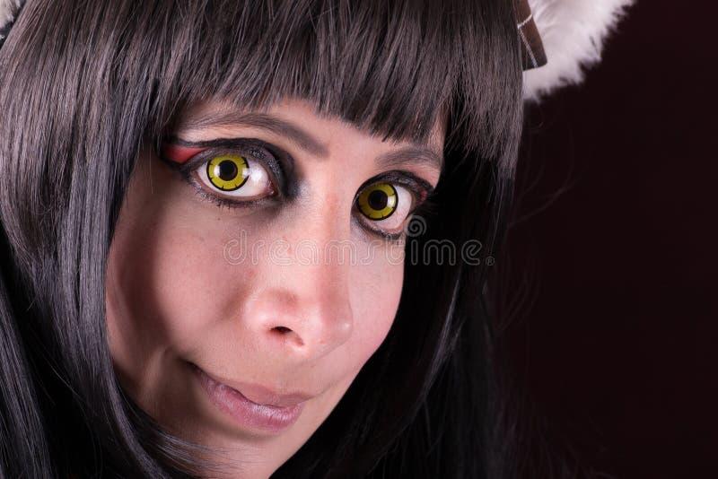 För kontaktlinser för gröna ögon stående för kvinna. arkivbild