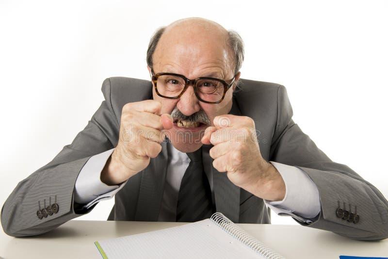 för kontorsframstickande för 60-tal rasande och ilsken göra en gest upse för skallig hög man arkivbilder