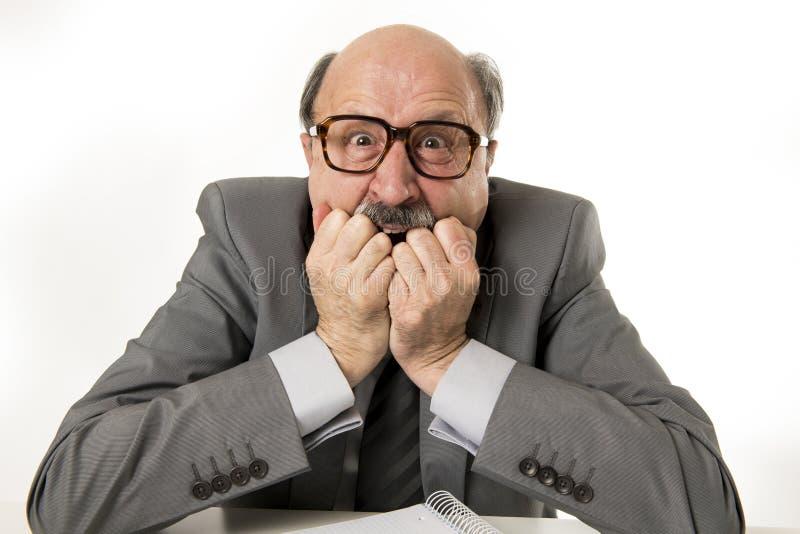 för kontorsframstickande för 60-tal rasande och ilsken göra en gest upse för skallig hög man arkivbild