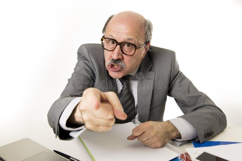 för kontorsframstickande för 60-tal rasande och ilsken göra en gest upse för skallig hög man royaltyfri bild