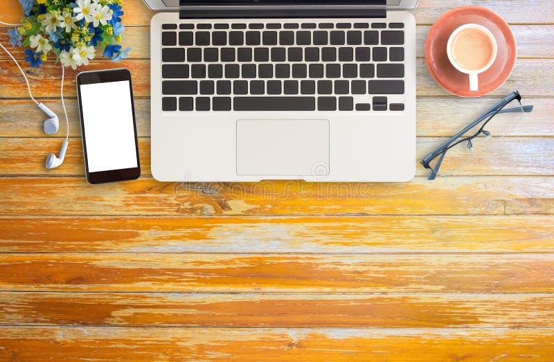 För kontorsskrivbord för lägenhet lekmanna- tabell med koppen kaffe arkivfoto