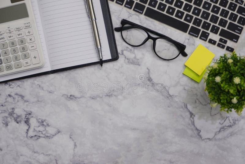 för kontorsskrivbord för Lägenhet-lekmanna- modell vit bakgrund för utrymme för arbete royaltyfria bilder