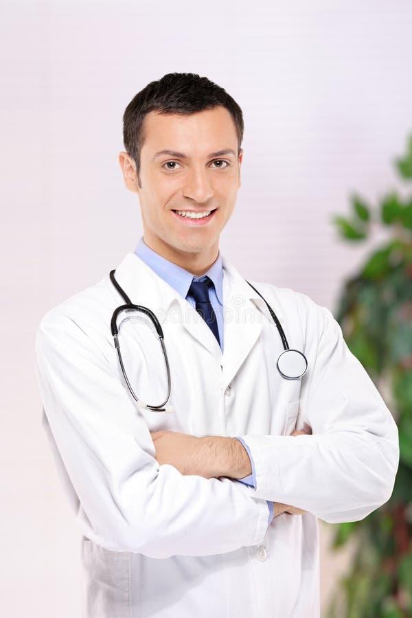 för kontorsstående för doktor medicinskt posera arkivfoton