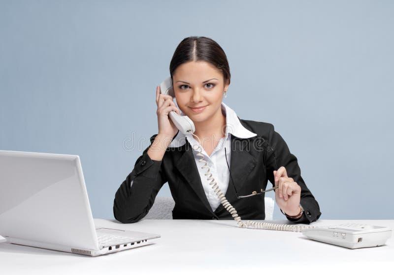 för kontorstelefon för affär tillfällig talande kvinna royaltyfri foto