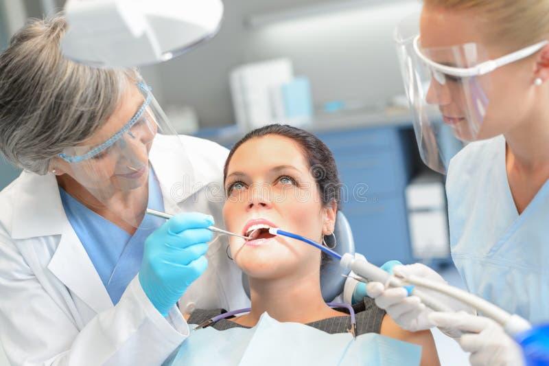 För kontrolltandläkare för kvinna tålmodigt tand- lag arkivbild