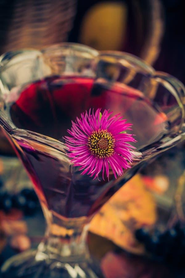 För kopptinktur för aromatisk alkohol chokeberry arkivfoto