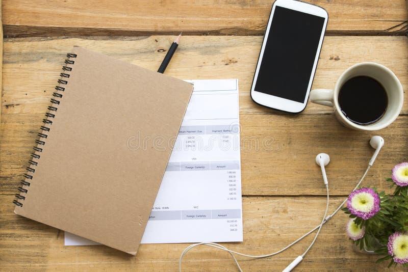 För kostnadskreditkort för dokument månatlig redovisning för kontrollaffärsarbete arkivfoton
