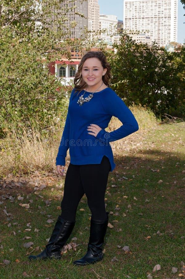För kroppblått för tonårig kvinnlig stående full överkant royaltyfria foton