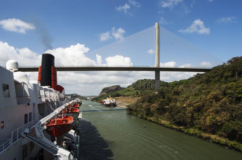 För kryssningskepp passera Panama kanal för drottning Elizabeth 2 nära bron arkivbild