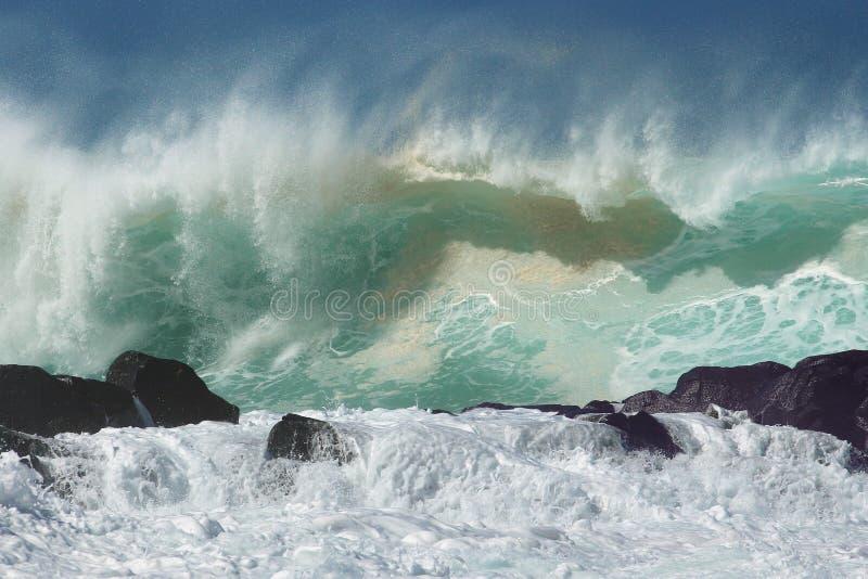För kustvinter för vågor norr bränning arkivbild