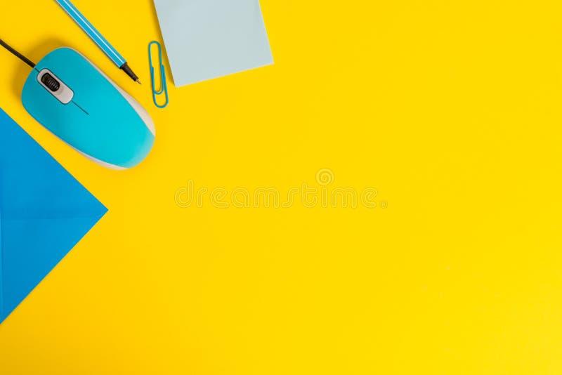 För kuvertgemet för den främre sikten grejen för musen för tråd för datoren för anmärkningen för den stängda för limbindningen ma arkivfoton
