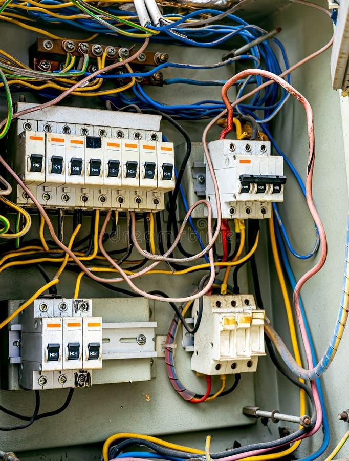 För kvalitetssäkring för hög makt och för spänning industriell Switcher för ask Strömkretssäkerhetsbrytare med trådinstallation royaltyfri foto