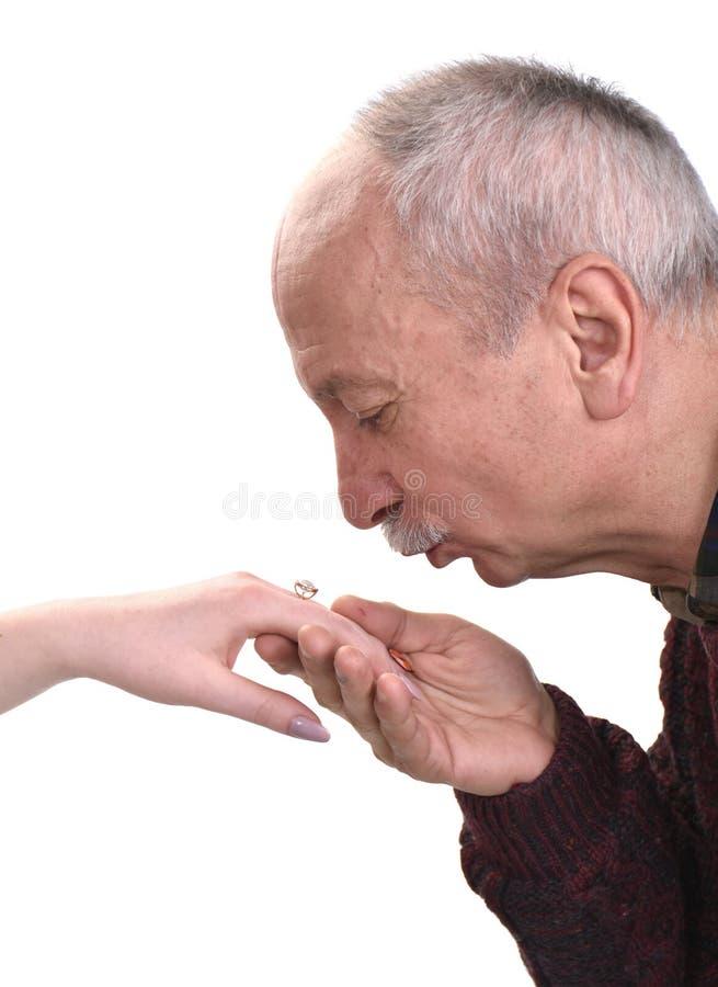 För kvinna` s för hög man kyssande hand arkivbilder