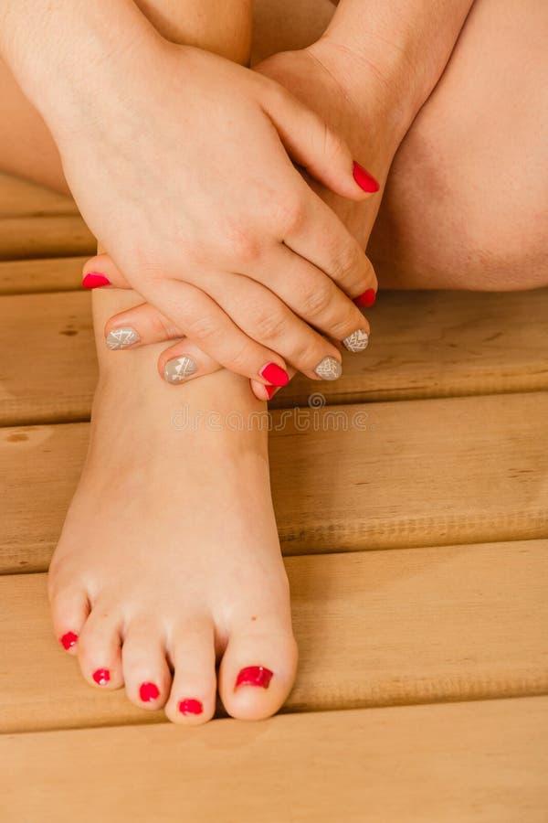 För kvinnaben för Closeup ösregnar den mänsklig foten och bastu royaltyfri bild