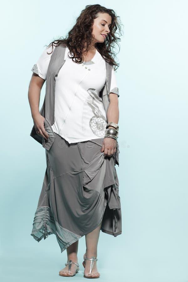 För kvinnafjäder för stort byggande caucasian mode för sommar royaltyfria foton