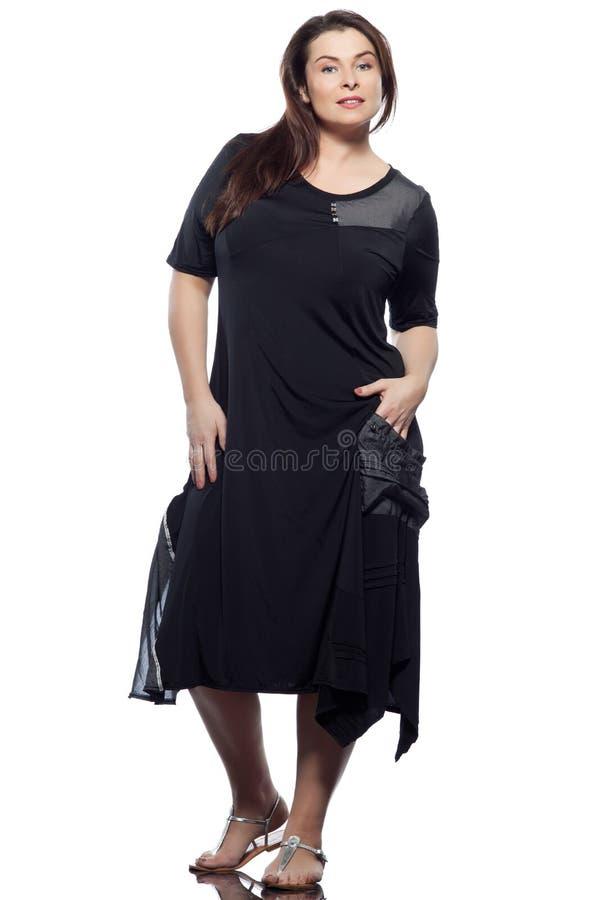 För kvinnafjäder för stort byggande caucasian mode för sommar arkivfoto