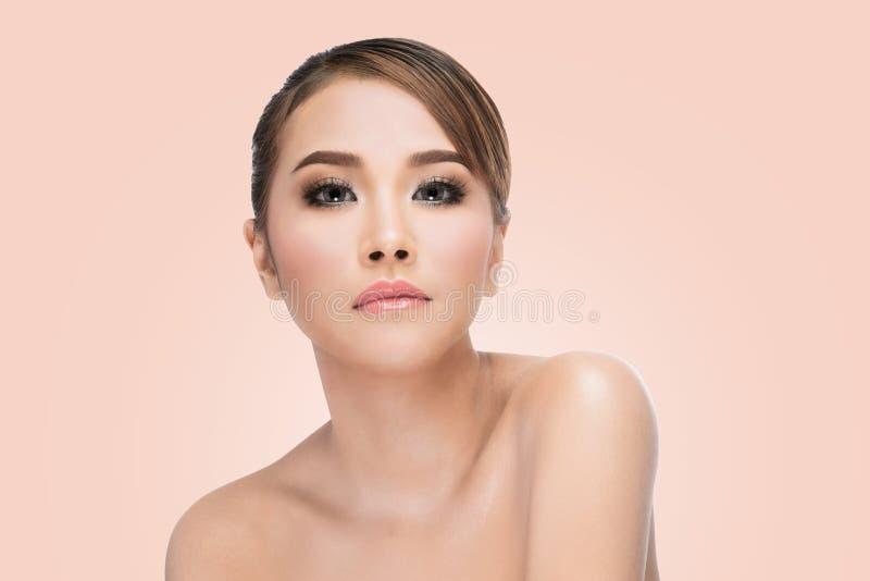 För kvinnaframsida för skönhet asiatisk stående Härlig brunnsortmodellflicka med perfekt ny ren hud arkivbilder