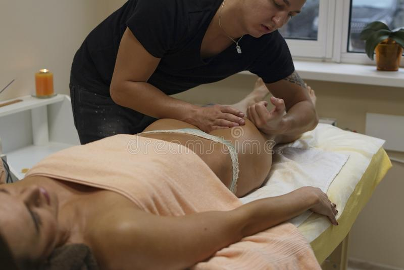För kvinnaklient för brunett färdig massage för kropp för häleri på brunnsortklubban förbi arkivbild