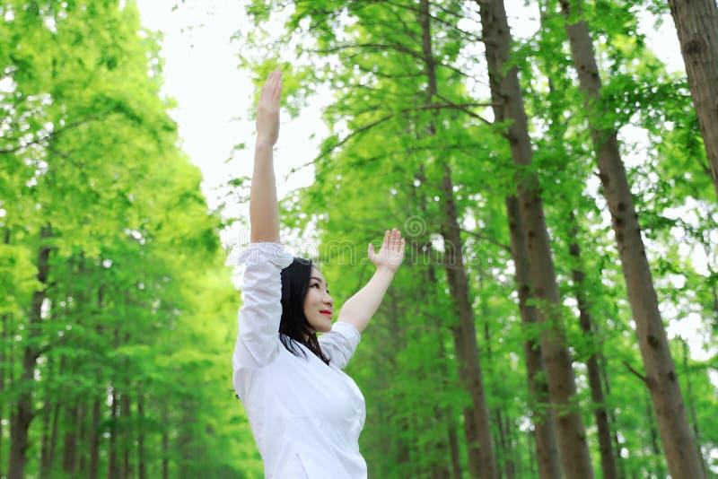 För kvinnakramen för fria carelss tycker om den lyckliga naturen i den utomhus- skogen ny luft royaltyfri foto