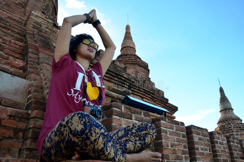 För kvinnalek för handelsresande thai yoka mellan väntansolnedgången på Bagan fotografering för bildbyråer