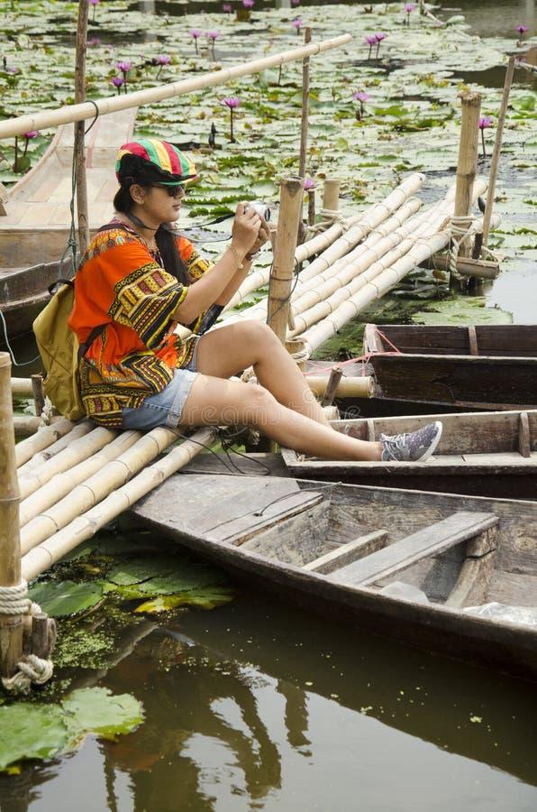För kvinnalopp för asiatiska handelsresande thai bro för besök och sammanträdebambu arkivfoto