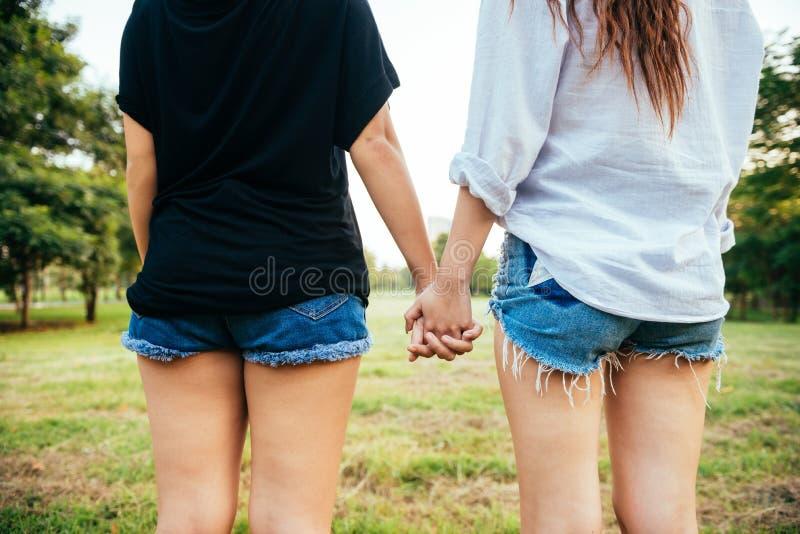För kvinnapar för LGBT lesbisk lycka för ögonblick Lesbiska kvinnor kopplar ihop tillsammans utomhus begrepp fotografering för bildbyråer