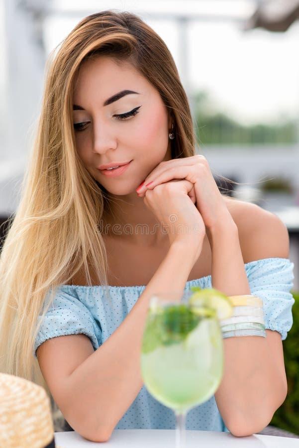 För kvinnasommar för stående mjukt sinnligt härligt kafé Coctail för tabellexponeringsglaslimefrukt Långt hår garvad hud, daglig  royaltyfri fotografi