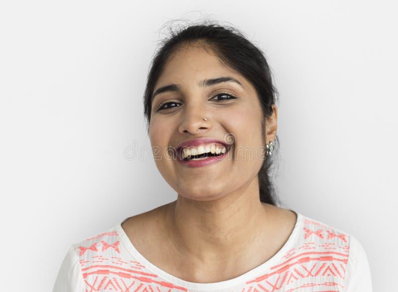 För kvinnastående för indisk etnicitet lyckligt begrepp royaltyfri fotografi