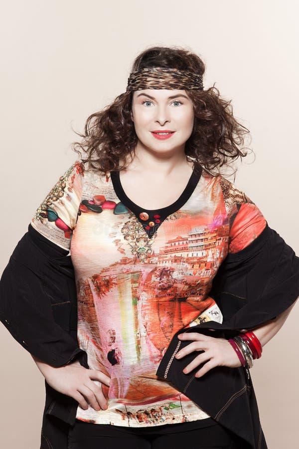 För kvinnavår för stort byggande caucasian mode för sommar arkivbild