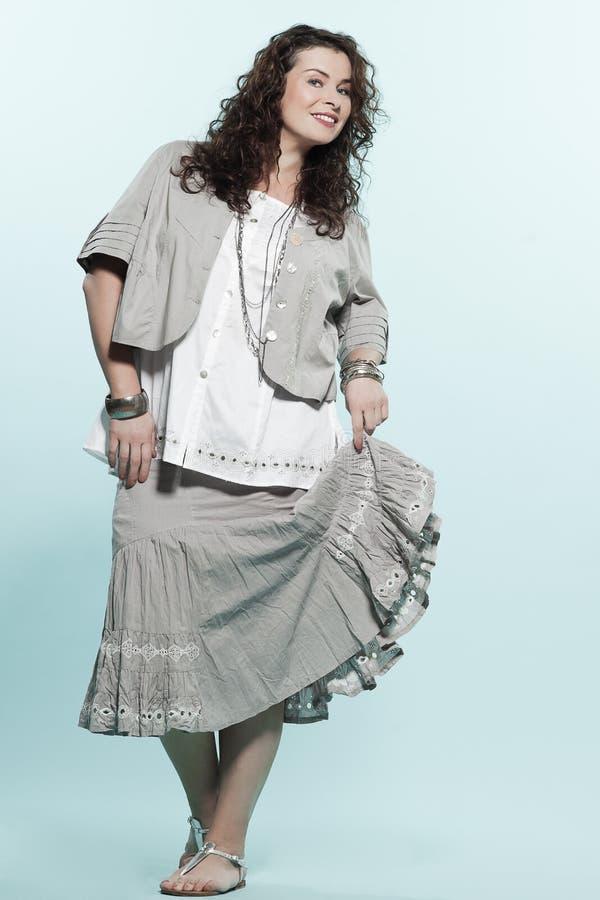 För kvinnavår för stort byggande caucasian mode för sommar arkivbilder