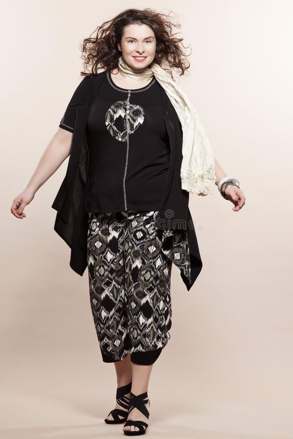 För kvinnavår för stort byggande caucasian mode för sommar arkivfoton