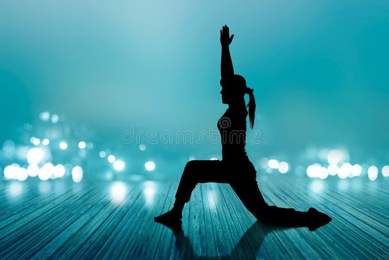 För kvinnayogakontur för övning för golv ruttet mjuk och för suddighet begrepp för trä, royaltyfri fotografi