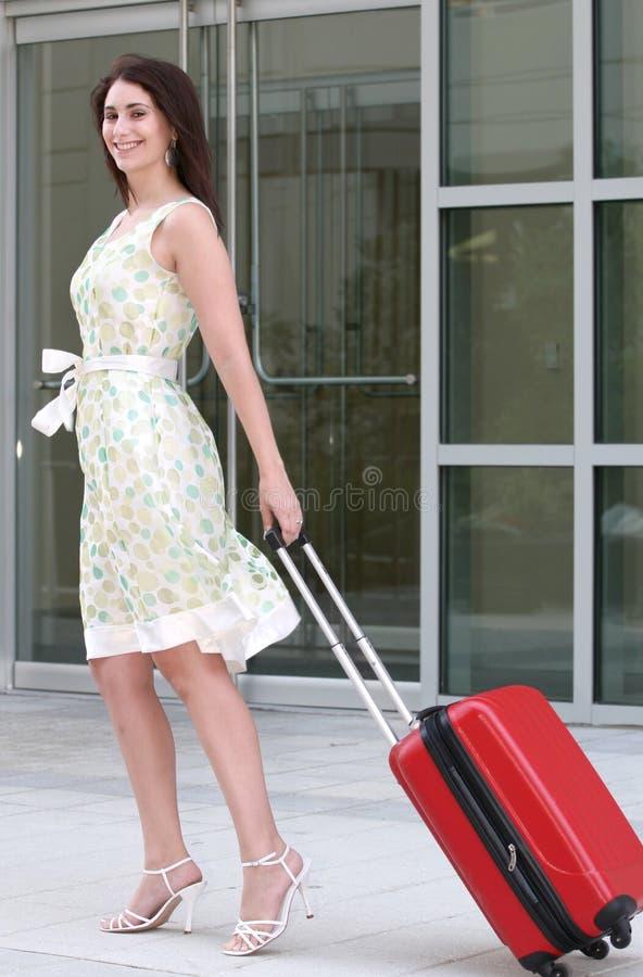 för kvinnlig resväskalopp utomhus royaltyfri bild