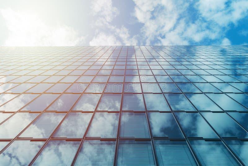För löneförhöjningexponeringsglas för modern affär hög byggnad och blå himmel med moln och solen royaltyfri bild