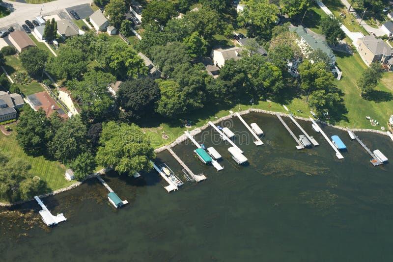 För Lakefrontstrand för flyg- sikt egenskap vatten för uppehälle för sjö royaltyfri bild