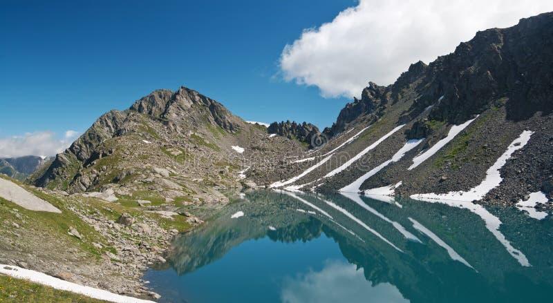 för lakepietra för alps italiensk rossa royaltyfri bild
