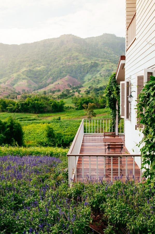 För landshus för tappning engelsk balkong med mountai för naturligt ljus arkivbilder