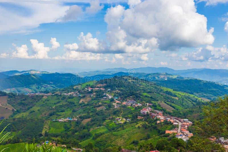 By för landskappanoramakullar på Doi Mae Salong Peak Chiang Rai royaltyfria foton
