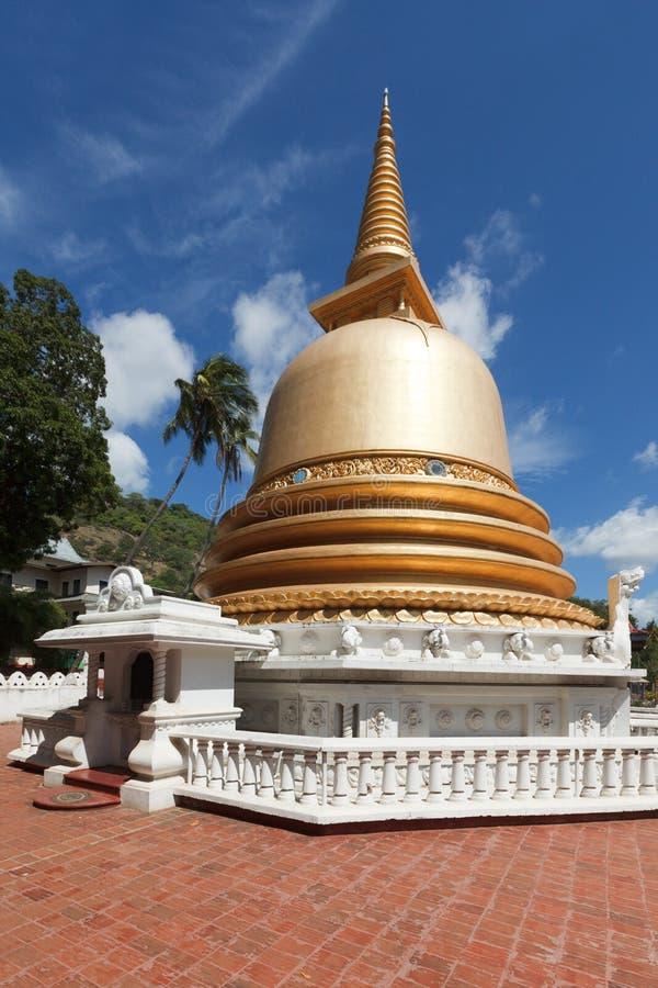 för lankasri för buddistisk dagoba guld- tempel arkivfoton