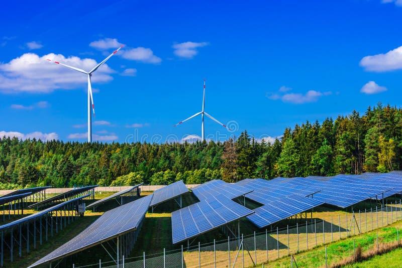 för lantgårdkälla för alternativ energi wind för turbiner Väderkvarn royaltyfria foton