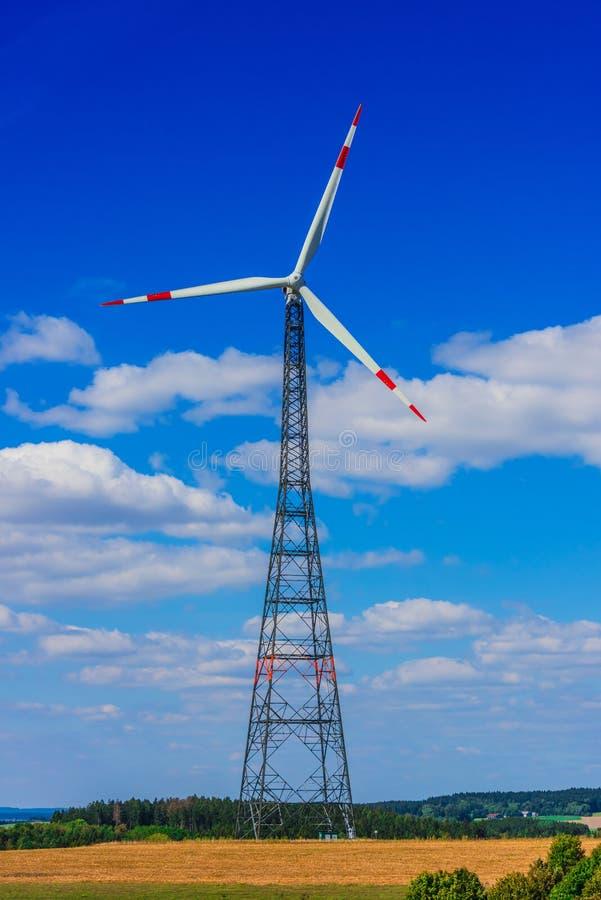 för lantgårdkälla för alternativ energi wind för turbiner Väderkvarn royaltyfri foto