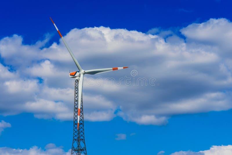 för lantgårdkälla för alternativ energi wind för turbiner Väderkvarn arkivfoto