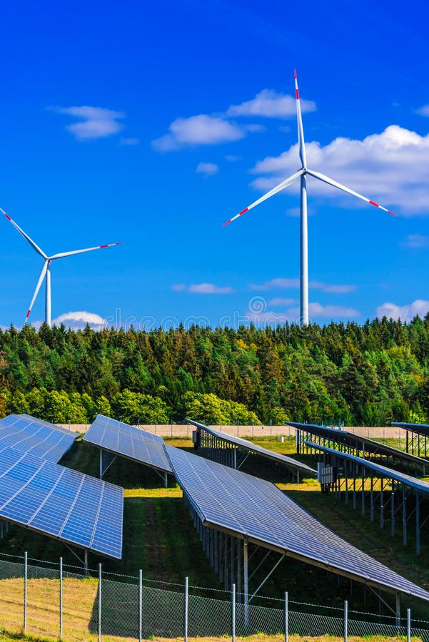 för lantgårdkälla för alternativ energi wind för turbiner Väderkvarn arkivbild
