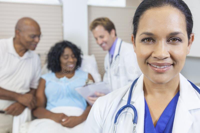 För Latina för kvinnlig latinamerikansk doktor & tålmodig sjukhus royaltyfria foton