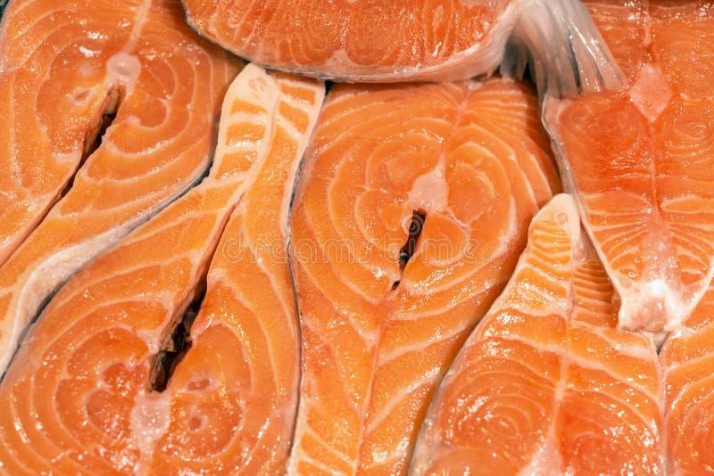 För laxbiffar för närbild ny rå bakgrund Fisken filea på marknadsräknaren sund mat royaltyfri fotografi