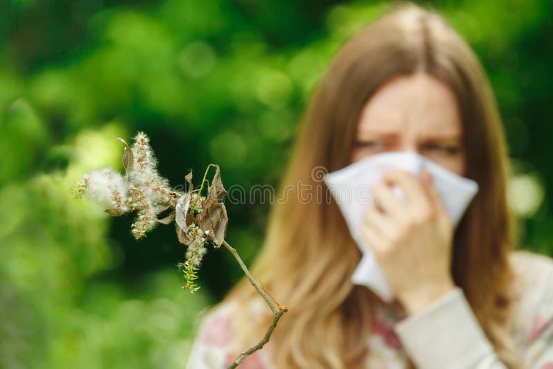 För lidandevår för ung kvinna allergi för pollen royaltyfri foto